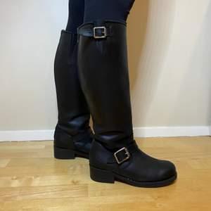 Väl omhändertagna skinnstövlar från Urban Project, storlek 39. Nypris: 2200kr. Jättefint skick och väldigt eleganta skor som passar till vår, höst och vinter. Säljes pga att de inte kommer till användning. Pris kan diskuteras.