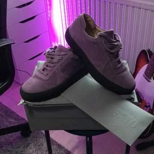 Säljer ett par arigato skor för att dem är för små skicket är 9/10 använda en gång
