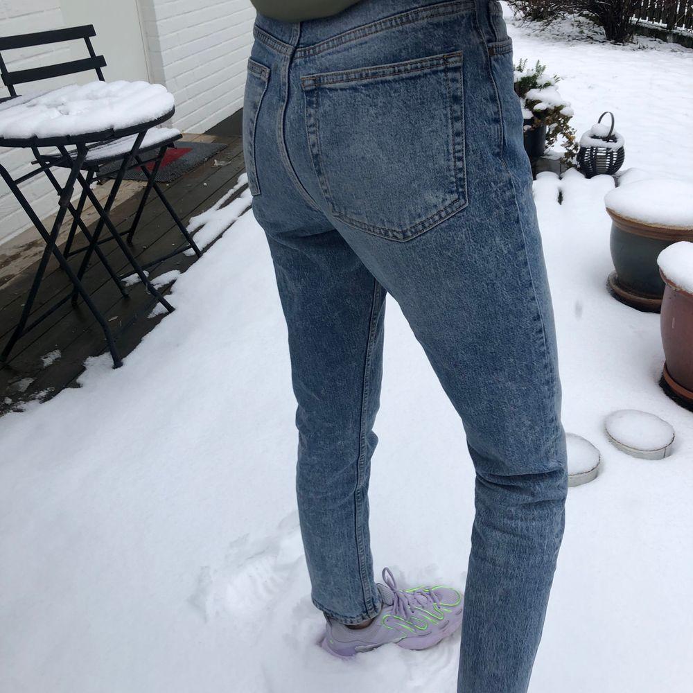 Jeans från bikbok i storlek S. De har en snygg ljusblå färg och liknar mom jeans i formen. Jag är ca 173 cm lång och bär storlek 34 i jeans. Endast använd några gånger innan så skicket är bra! Frakten betalas av köparen! (: skriv om ni vill ha fler bilder. Jeans & Byxor.