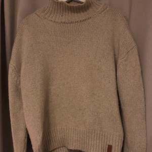 säljer denna supersnygga beige stickade tröja som aldrig kommer till andvändning! super fin och skön! köparen står för frakten