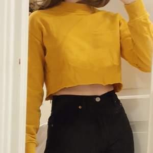 Sweatshirt från NAKD som jag själv klippt av, nederkanten är därför ej perfekt. Annars är den i bra skick! Är i Xxs men skulle säga att den även passar en xs/ liten s då det är min storlek. Köparen betalar frakt!