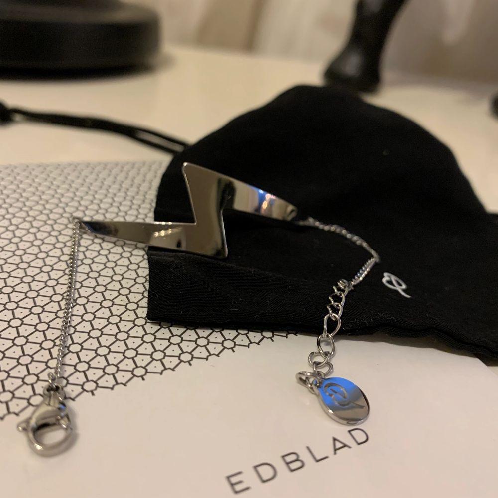 Superfint silverarmband från Edblad i rostfritt stål! En supercool blixt med kedja ⚡️⚡️ Älskar detta men använder det tyvärr inte. Använd cirka 3-4 gånger och är i jättebra skick! Priset kan diskuteras ❤️ Gratis frakt!! 💕💞. Accessoarer.