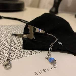 Superfint silverarmband från Edblad i rostfritt stål! En supercool blixt med kedja ⚡️⚡️ Älskar detta men använder det tyvärr inte. Använd cirka 3-4 gånger och är i jättebra skick! Priset kan diskuteras ❤️ Gratis frakt!! 💕💞