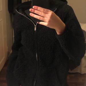 """säljer denna as coola och mysa zip hoodie som inte kommer till någon användning! andvänd ca 3 gånger så väldigt fin och typ som ny🥰 går att ha som en """"jacka"""" på våren och hoodie som vanligt om man vill"""
