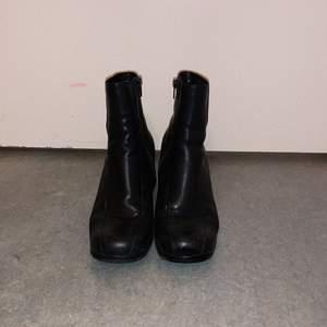 Jättefina svarta boots, super bra skick! Lite smutsiga på bilden men de rengörs innan de säljs! storlek 39 🪐