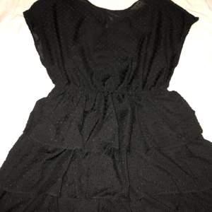 Svart snygg klänning från Gina! Köpte för billigt pris och säljer även billigare, passar även storlekar M och S!