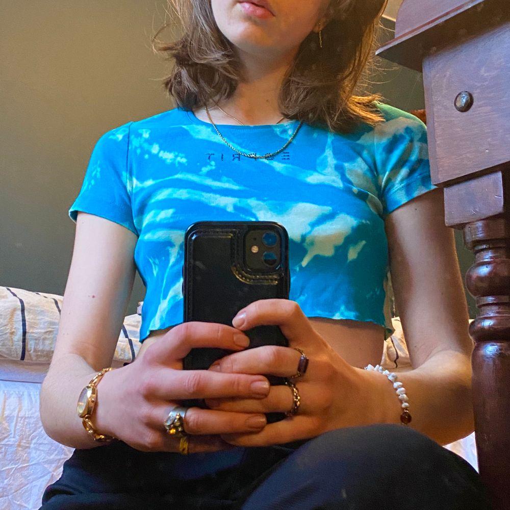 """Sprakar av färg! Sätter liv och färg i en grå årstid. En magtröja, väldigt kort för mig som har storlek s-m vanligtvis. Sitter nog på olika sätt på olika kroppar, men passar nog alla! Inga defekter, inga fläckar eller slitningar. I helt nyskick! Vid bröstet står det """"esprit"""" med diamanter. Frakt hamnar på 33. . Toppar."""