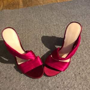 Snygga skor att ha på sig till de flesta sammanhang. Cerisa pumps med bred mönstrad klack och strassstenar... Det står att det ska vara strl 38 men inte ens dottern som har strl 36 får på dom så uppskattningsvis strl 34-35