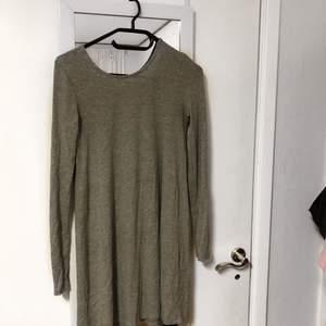 En klänning från ginatricot med öppen rygg. Storlek XS. Sitter lite lösare :) köparen står för frakten :) Ansvarar inte för postens slarv.