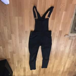 Svarta Cheap Monday hängselbyxor köpta från Urban Outfitters. Eventuell frakt betalas av köpare.