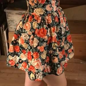 Snygg högmidjad kjol i storlek 36. med en bra passform. Kjolen är från H&M köpt för många år sedan med endast använd ett fåtal gånger, så den är i väldigt bra skick.  Frakt tillkommer