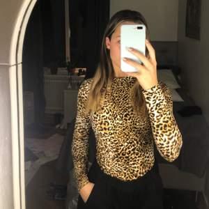 Tajt tröja i leopard-mönster. Bekväm och stretchig i materialet 🌸