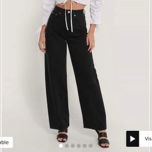 säljer ett par helt oanvända jeans från nakd, lapparna är kvar. Dom är dock avklippta och skulle säga att de passar någon runt 158-160cm. Nypris: 499kr💓