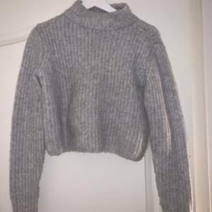 En ljusgrå stickad tröja i väldigt bra skick men kommer tyvärr inte till användning, köparen står för frakt 💞