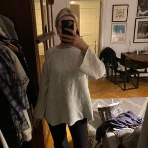 Grå stickad tröja ifrån Zara! Är jätteskön och sitter lite oversize, utsvända ärmar och lite längre. Är Storlek S men passar även M/L skulle jag säga!