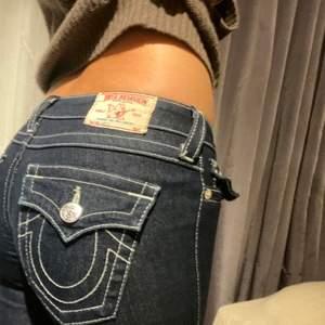 Mörkblåa jeans med vita sömmar, storlek 26. Väldiiigt bra skick. Du står för frakten om du inte kan mötas:)