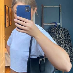 Säljer denna super söta väska. Nyskick då jag knappt använt den. Väskan är ganska liten. Frakt: 44kr eller spårbart 63kr🖤