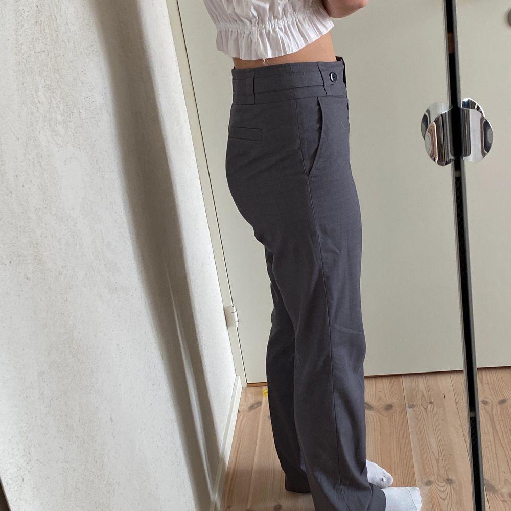 Säljer dessa skitsnygga kostymbyxor från esprit💫 storlek 40 men sitter bra på mig som vanligtvis har 38!!🧡. Jeans & Byxor.