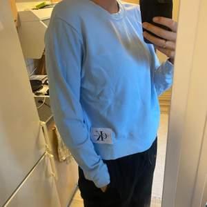Collegetröja från Calvin Klein Jeans. Strl large men sitter som en small-medium. Kan skicka om köparen står för fraktkostnad. Annars kan jag mötas upp i Halmstad.