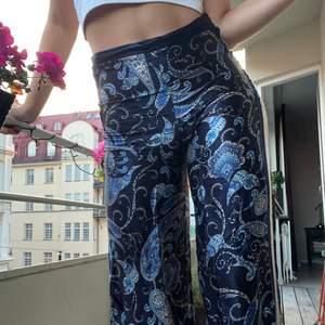 Mönstrade (raka) byxor i siden, köpta på H&M i Dubai förra året och tyvärr inte kommit till användning sedan dess.. Otroligt sköna och sjukt snygga! 💙 köptes för 599:-