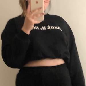 Ariana Grande sweatshirt från hm , man kan ha den som man vill då man kan späna och släppa med den på andra bilden , använd några gånger men inte sliten alls✨, 100+frakt