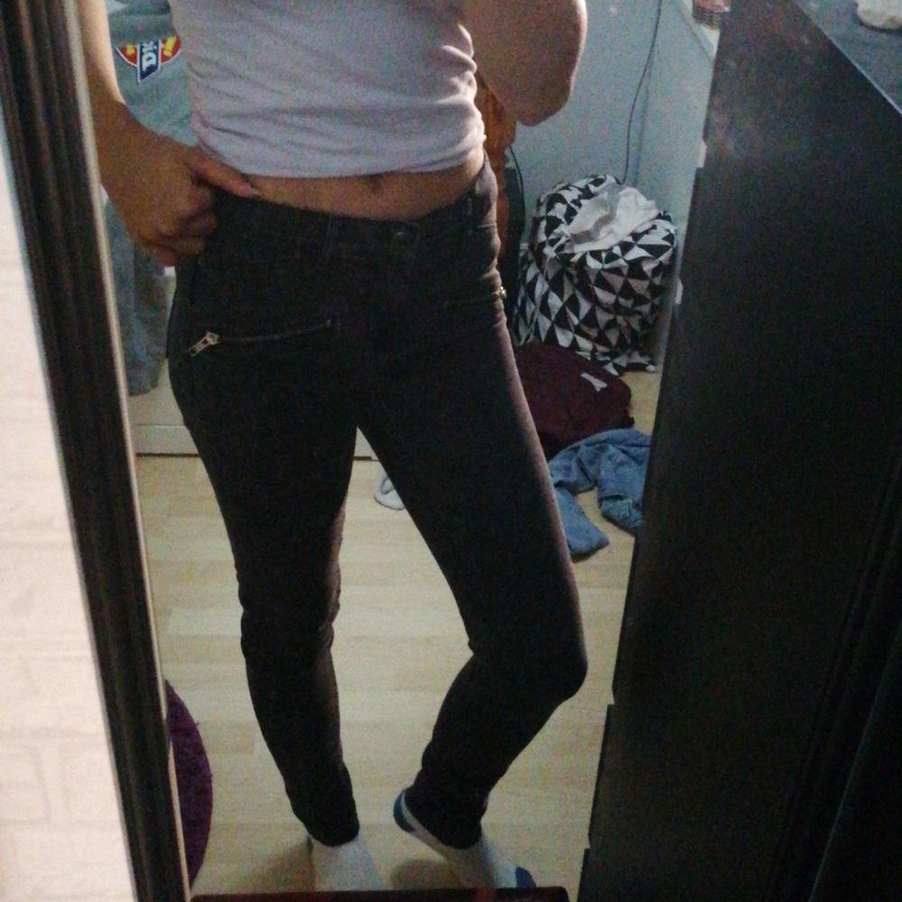 Svart vita jeans (bild 2 visar mönster) från Gina💖så coola fejk dragtjedjor där fram,, så mjuka o sköna💖. Jeans & Byxor.