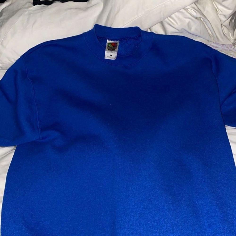 Vintage sweatshirt från fruit of the loom i en fin royal blå färg. Den är i bra skick men kommer tyvärr aldrig till användning. Skriv vid intresse ✨✨tar självklart bud! Passar M/L. Tröjor & Koftor.