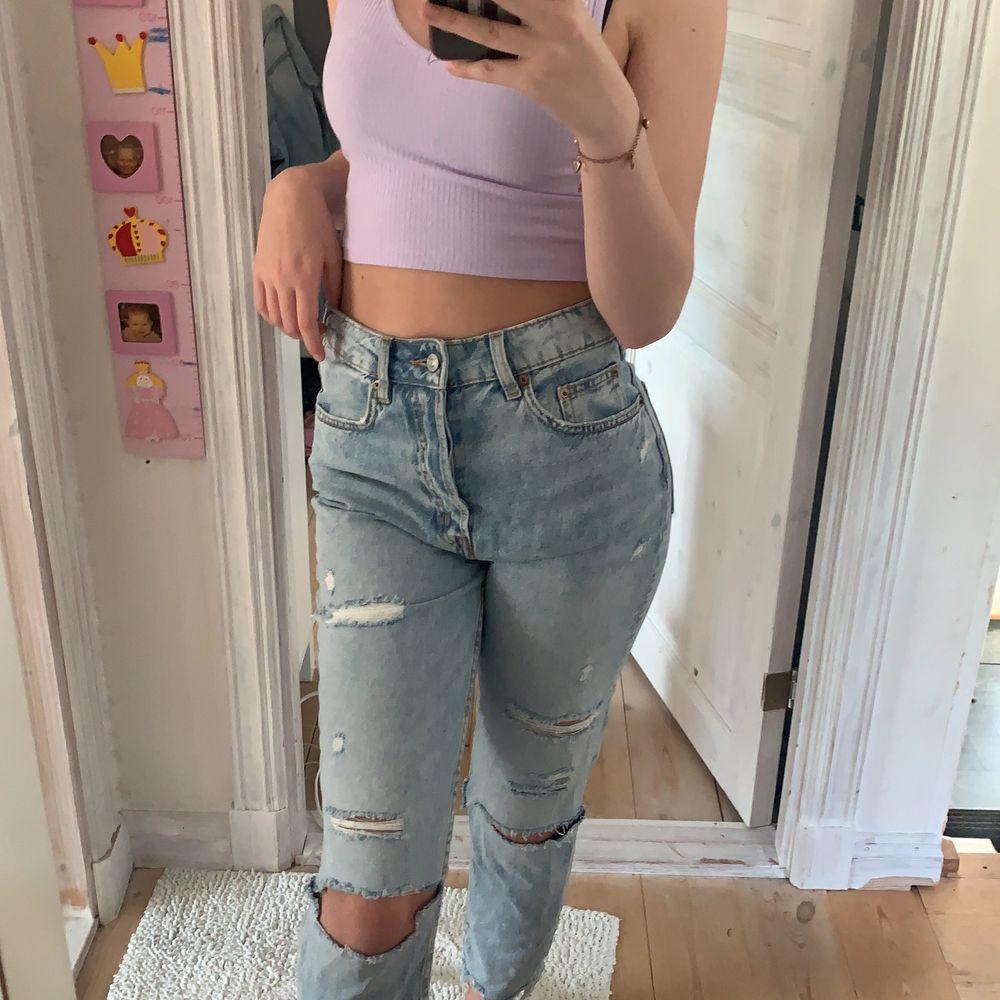 Säljer mina jeans från H&M då dom aldrig kommit till användning, har bara testat dom en gång så dom är i nyskick!🤩 Köpare står för frakten⚡️. Jeans & Byxor.
