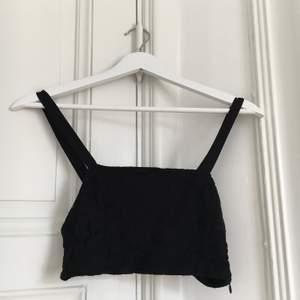 Snygg svart spetstopp från Zara i storlek S 🖤 Frakt tillkommer, glöm inte att kolla in mina andra annonser säljer bland annat en likadan topp i orange 🧡✨