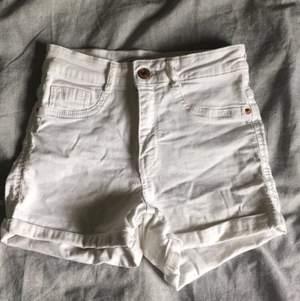 Fina vita jeansshorts i modellen Molly från ginatricot. Endast använda 1 gång. Säljer för att jag ej använder de.  Nypris 279kr , mitt pris 120kr +frakt💕💕