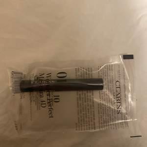 Säljer denna oanvända 2ml mascara från clarins. Nypris på 8ml är 299kr. Det är färgen 01 (svart). Undrar man över något så är det bara att kontakta mig.