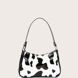 Använd 1 gång. Nypris på SHIEN var 99kr, säljer nu för 60kr. (Man kan pruta) Trändig cowprint väska från SHIEN 🖤