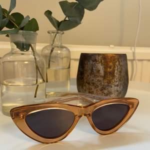 Säljer dessa chimi solglasögon då det inte riktigt var min stil. Aldrig använda och alla delar har fortfarande original plast på sig. Allt på sista bilden ingår. Det är i modellen 006 och färgen peach. Frakt ca 40kr