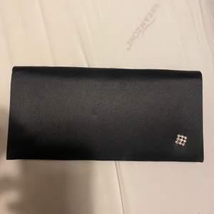 Säljer denna svarta handväska. Den är i jätte bra skick. Undrar man över något så är det bara att kontakta mig.