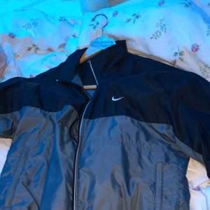 Fundera på att sälja min Nike  💕 jätte skönt material skriv för mer bilder och tydligare bild på jackan!
