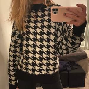 Stickad tröja från H&M. Inte nopprig o knappt använd. Storlek M men passar S också enligt mig