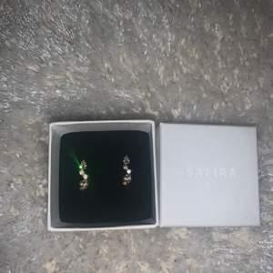 Ett par cuffs örhängen från safira i guld, superfina och helt oanvända💗 pris kan diskuteras, skriv till mig om du är intresserad🥰