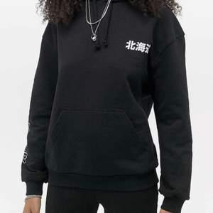 Skit snygg hoodie jag köpte förra året på Urban outfitters som tyvärr är för liten för mig :/ inga defekter och andvänd ett fåtal gånger. För mer bilder kom privat! Sitter som en S (kort i armarna och ej oversized på mig som är 175cm )
