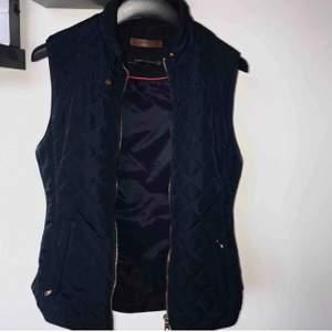 Säljer min fina quiltade väst i marinblå från Zara. Som ny, inga skavanker! XS men även folk med S kan få på sig den.   NYPRIS: 399:- innan frakt. Frakt tillkommer! Möter inte upp 🥰