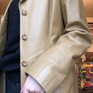 En lång vintage äkta läder jacka från Saki (herrmodell st38, men sitter som en L) i välbevarat-/ nyskick. estimerat värde ny förr är ca 4000-6000 jag säljer för 1500kr. (jag är Xs-S) kan mötas upp eller så betalar jag frakt