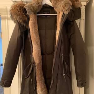 Monet från Cedrico Snygg vinterjacka i en xxsmal modell. Härlig stor äkta päls.  Använd 3 gånger - nyskick! Nypris  8500kr
