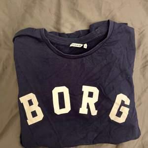 Marinblå, jättefin T-shirt!! Köpt i björnborg affären på Gotland.✨ Hör av dig vid funderingar!🥰
