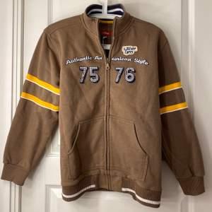 Skitsnygg brun hoodie som jag tyvärr inte tyckte passade mig så bra. Storlek M och i ett superbra skick! Bud från 150 kr i kommentarerna eller privat💕💕 HÖGSTA:180 kr (avslutas 29/12 13:00)