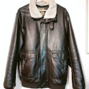 En läder jacka, har använt bara 1-2 gånger? Ser ut helt nya, varmt för vintern