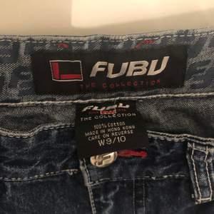 Jätte fina wide jeans från Fubu jättefint skick💕kan inte använda för att de är förstora för mig 💖skriv om ni vill ha bild på mig med jeansen på💓