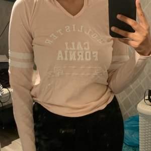 Långärmad tröja i tunt och svalt material från Hollister, ljusrosa och strl M, passar mig med strl S!! Bra vid träning osv, OBS!! GRATIS FRAKT