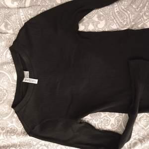 Långärmad svart tröja från hm i ribbat tyg. Använd max två gånger så i nyskick! Storlek xs, frakten står köparen för💞