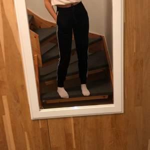 Jätte sköna byxor från Hollister! Har andvänt dem endel då de är super sköna, men de är fortfarande i mycket bra skick! (Frakt tillkommer) 🖤🖤🖤