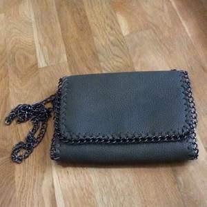 Mörkgrön väska som är köpt för något år sedan men aldrig använd! Kan fraktas