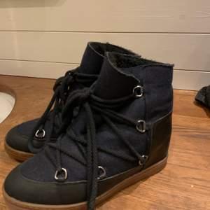 """Säljer nu dessa godingar, dom är extremt sköna och i bra skick. Däremot finns det två mindre """"hål"""" vid sulans topp men jag har använt ändå och det har fungerat lika bra, utöver detta är skorna i topp skick:) På grund av de mindre hålen säljer jag skorna för mindre än tänkt. Kvittot har i och med flytt tappats bort men om det önskas kan äkthetsbevis skaffas! Kan mötas i Göteborg eller frakta om det önskas🤗"""